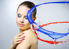 Härlig flicka och färgrika målarfärgfärgstänk Royaltyfri Fotografi