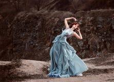 Härlig flicka som går i natur Arkivfoto