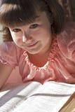 Härlig flicka som läser den heliga bibeln Royaltyfri Fotografi
