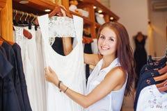 Härlig flicka som väljer en klänning för att gifta sig Arkivfoton