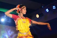 Härlig flickadansare av den indiska klassiska dansen Royaltyfria Bilder