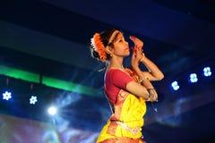Härlig flickadansare av den indiska klassiska dansen Arkivfoto
