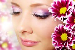 Härlig flickaframsida med chrysanthemumen Arkivfoton