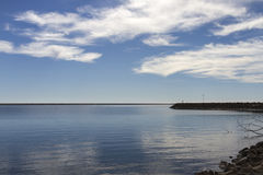Härlig fortfarande sjö i vinter Royaltyfria Bilder