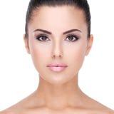 Härlig framsida för Closeup av kvinnan med ren hud Royaltyfria Bilder