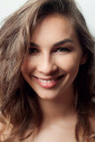 härlig framsidakvinna Perfekt toothy leende Arkivbild