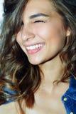 härlig framsidakvinna Perfekt toothy leende Royaltyfria Bilder