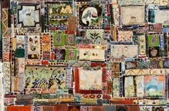 Härlig färgglad handgjord keramisk tegelplatta med den olika prydnaden, Fotografering för Bildbyråer