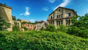 Härlig gammal fabriksbyggnad, sagolik bakgrund Arkivfoto