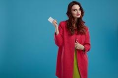 Härlig Girl In Stylish för modemodell kläder med det tomma kortet Royaltyfria Foton