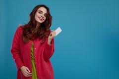 Härlig Girl In Stylish för modemodell kläder med det tomma kortet Royaltyfria Bilder