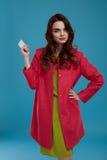 Härlig Girl In Stylish för modemodell kläder med det tomma kortet Arkivbild