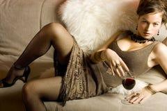 härlig glass rött vinkvinna Arkivfoton