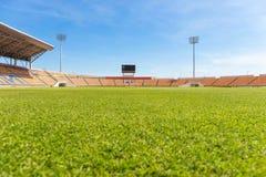Härlig gräsfotbollstadion för bruk i fotbollsmatch och friidrott Arkivfoto