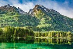 Härlig gryning på Hintersee sjön i fjällängar Arkivbilder