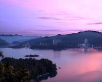 Härlig gryning på Sun Moon laken Royaltyfri Foto