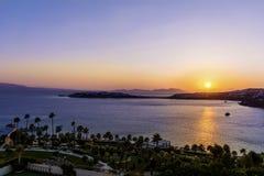 Härlig havssolnedgång på en strandsemesterort i vändkretsarna Arkivfoton