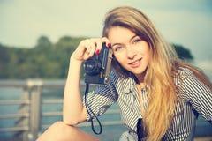 Härlig Hipsterflicka med fotokameran Arkivfoton