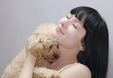 härlig hundflicka henne holding Fotografering för Bildbyråer