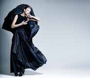 Härlig iklädd kvinnamodell en elegant klänning Royaltyfria Foton