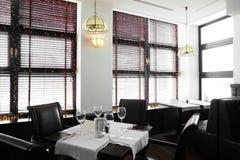 Härlig inre av den moderna restaurangen Arkivfoto