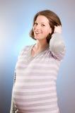 härlig joyful ståendegravid kvinna Arkivfoto