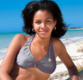 Härlig karibisk kvinna på tropisk strand Arkivbild