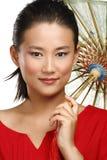 Härlig kinesisk flicka med det traditionella hemlagade paraplyet Arkivfoto