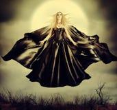 Härlig kvinna - flyga den halloween häxan Arkivbilder