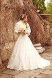 Härlig kvinna för brud i bröllopsklänningen - utomhus- stående Fotografering för Bildbyråer