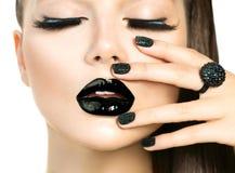 Härlig kvinna för modemodell med långa snärtar och svart makeup Arkivfoton