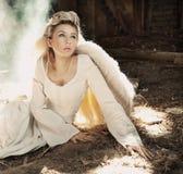 härlig kvinna för ängel Arkivfoto