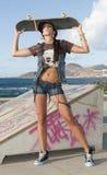 härlig kvinna för parkskridskoskateboard Arkivfoto