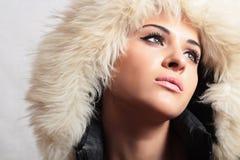 Härlig kvinna i flicka för hood.white fur.winter style.fashion Royaltyfri Fotografi