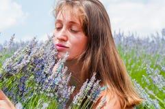 Härlig kvinna i lavanderfält Royaltyfri Foto