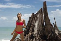 Härlig kvinna i solglasögon och röd bikini på stranden fashion looken sexig lady Arkivbild