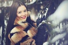 Härlig kvinna i vinterträ - closeup Arkivfoton