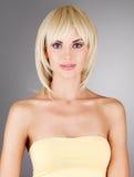 Härlig kvinna med den blonda frisyren för skott Arkivbild