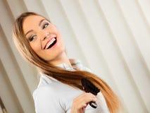 Härlig kvinna med den långa hår och borsten Arkivfoto