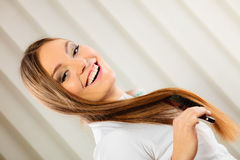 Härlig kvinna med den långa hår och borsten Fotografering för Bildbyråer