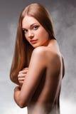 Härlig kvinna med den nakna tillbaka ståenden Arkivbild
