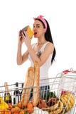 Härlig kvinna med en spårvagnsupermarket Arkivfoton