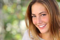 Härlig kvinna med ett perfekt leende för göra vit Arkivbild