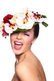 Härlig kvinna med färgrika blommor på huvudet Royaltyfri Bild