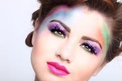 Härlig kvinna med färgrika idérika skönhetsmedel Arkivfoto
