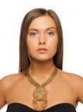 Härlig kvinna med halsbandet Arkivfoto
