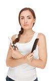Härlig kvinna med hårkammen och sissors (fokusen på kvinna) Arkivfoton