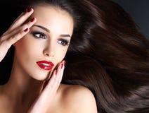Härlig kvinna med långa bruna raka hår Arkivfoton