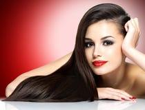 Härlig kvinna med långa bruna raka hår Royaltyfria Bilder