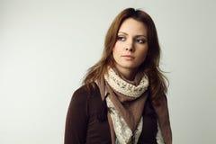 Härlig kvinna på grå bakgrund Arkivfoton